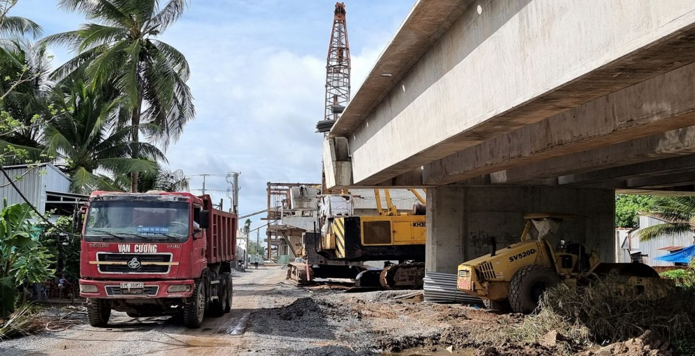 Nhà thầu huy động phương tiện đảm bảo tiến độ hoàn thành công trình cầu Vàm Xáng theo kế hoạch đề ra.