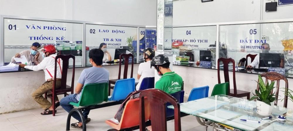 Người dân đến làm TTHC tại Bộ phận TN&TKQ của UBND xã Nhơn Nghĩa, huyện Phong Điền. Ảnh: C.H