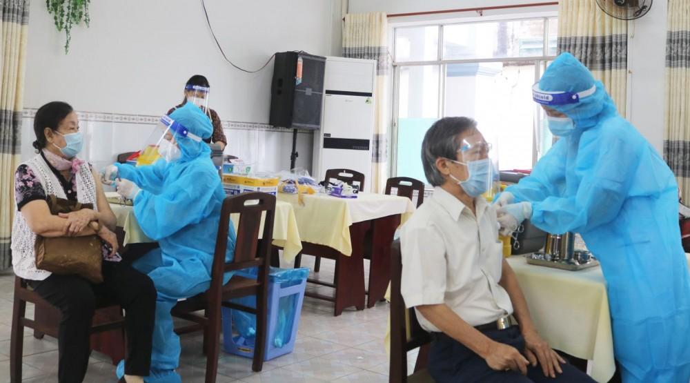CDC tiêm vaccine mũi 2 cho cán bộ hưu trí.