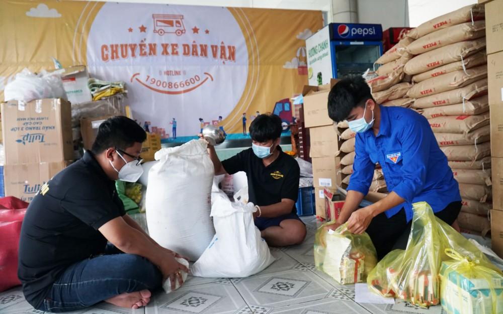 """Các tình nguyện viên Chương trình """"Chuyến xe dân vận"""" chuẩn bị quà tặng người dân bị ảnh hưởng dịch COVID-19."""