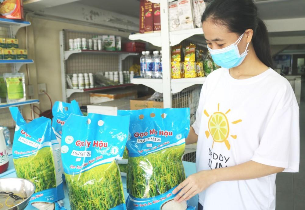 Gạo sạch của HTX My Hậu được bày bán tại cửa hàng của HTX Thuận Tiến trên địa bàn quận Ninh Kiều.
