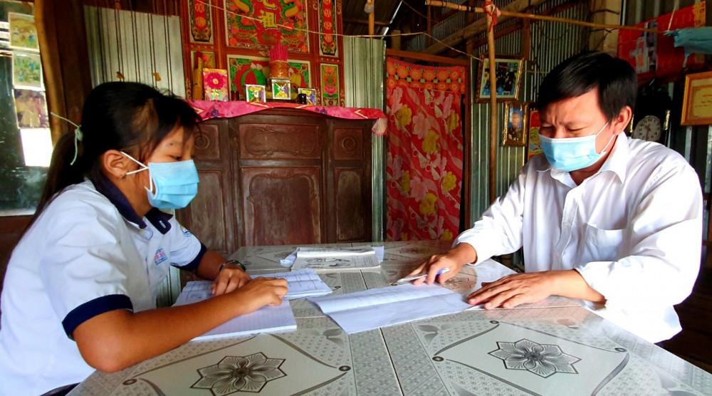 Em Trần Thị Mỹ Hạnh vui mừng khi được nhận bài học, bài tập.