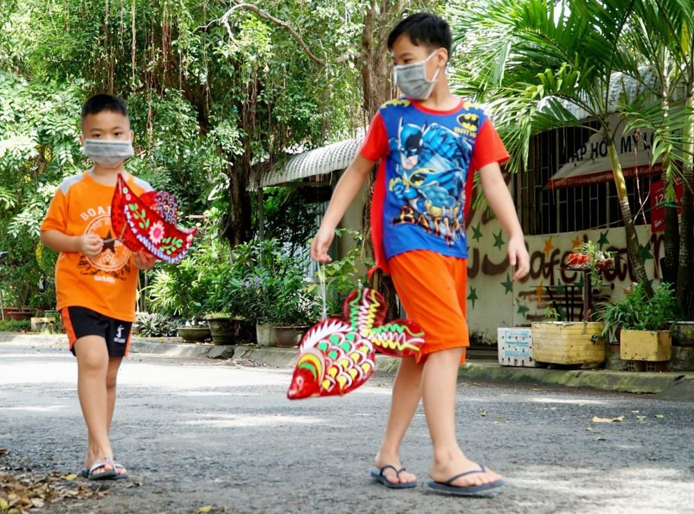 Thiếu nhi phường An Bình, quận Ninh Kiều, vui mừng khi được nhận quà là những chiếc lồng đèn rực rỡ màu sắc.