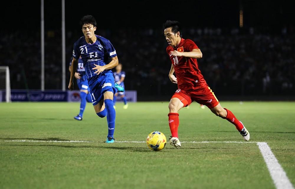 Takehiro Tomiyasu (trái) trong lần sang thi đấu giao hữu với tuyển Việt Nam trên sân Cần Thơ. Ảnh: NGUYỄN MINH