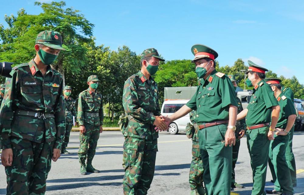 Trung tướng Nguyễn Xuân Dắt, Tư lệnh QK9 và các đồng chí lãnh đạo Bộ Tư lệnh QK9 động viên lực lượng chuẩn bị thực hiện nhiệm vụ tại TP Hồ Chí Minh.
