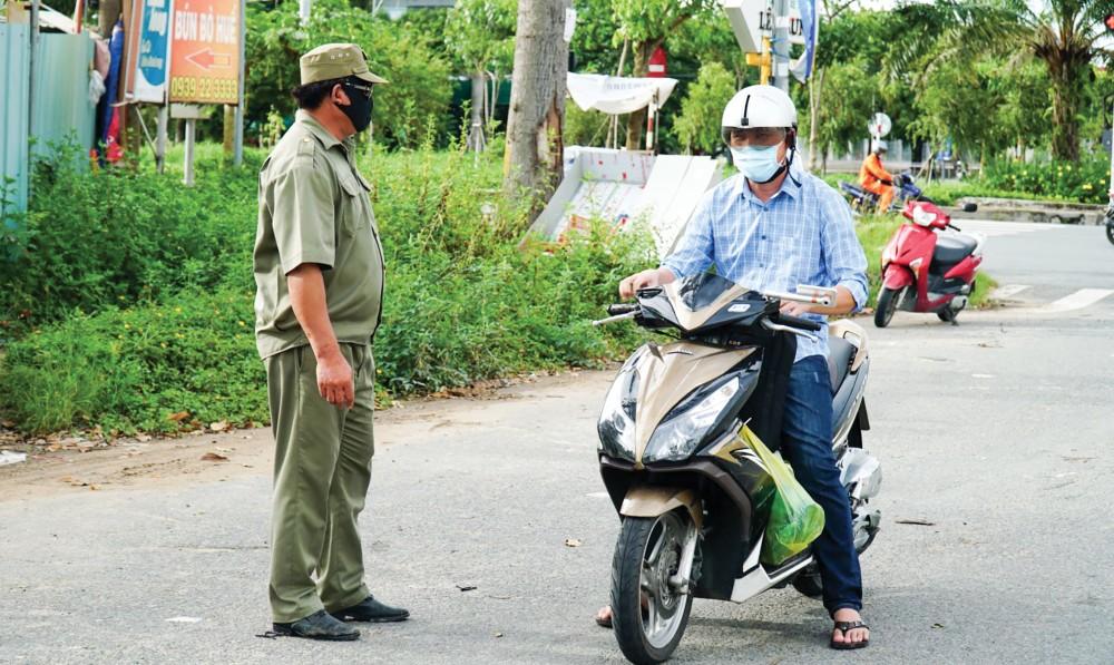 Cán bộ, đảng viên phường Hưng Thạnh, quận Cái Răng, tham gia các chốt kiểm soát dịch COVID-19 trên địa bàn phường.