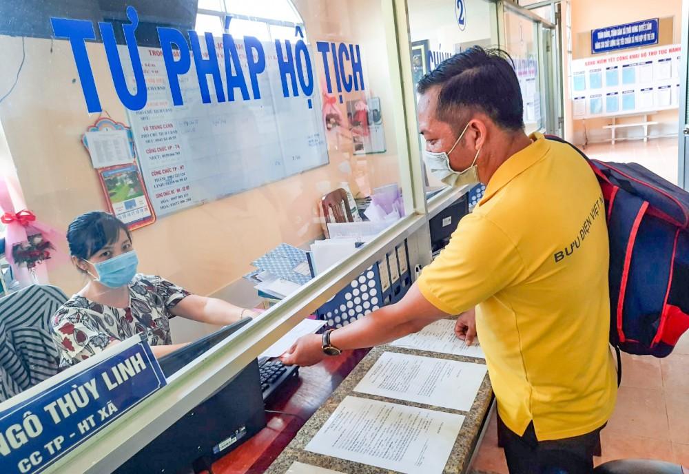 Người dân làm thủ tục hành chính tại Bộ phận TN&TKQ của UBND xã Thới Hưng, huyện Cờ Đỏ.