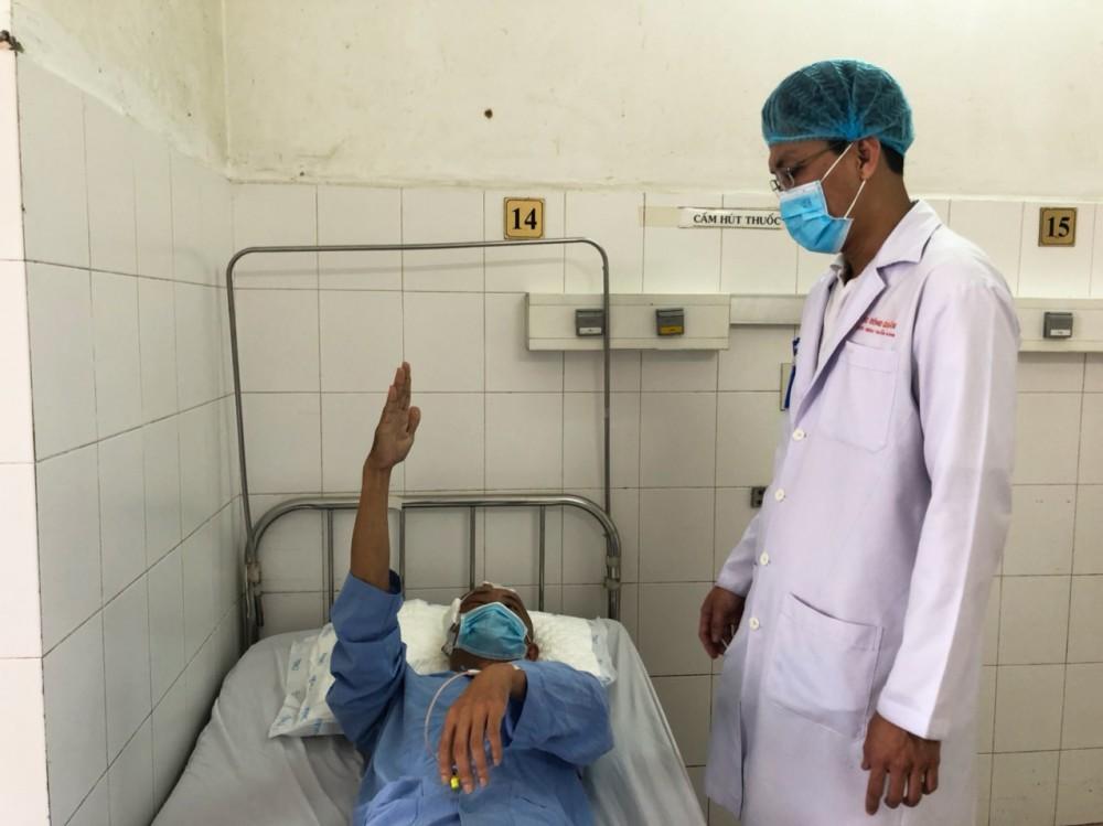 Bệnh nhân tỉnh, tiếp xúc, thực hiện y lệnh tốt. Ảnh: BV cung cấp.