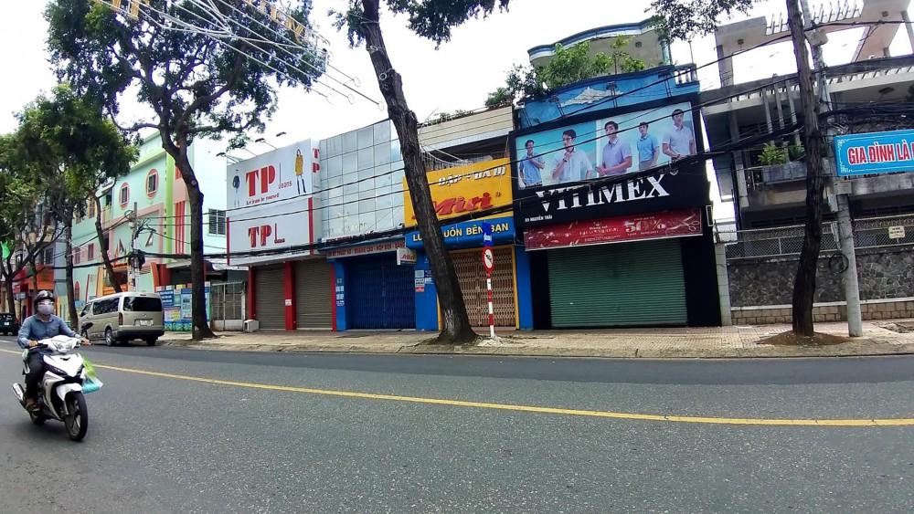 Các đơn vị thuê và cho thuê mặt bằng kinh doanh tiếp tục gặp khó khi hoạt động kinh doanh chưa thể khôi phục về trạng thái bình thường trong ngắn hạn.  Trong ảnh: Nhiều cửa hàng kinh doanh trên đường Nguyễn Trãi, quận Ninh Kiều đóng cửa, tuân thủ quy định giãn cách xã hội.