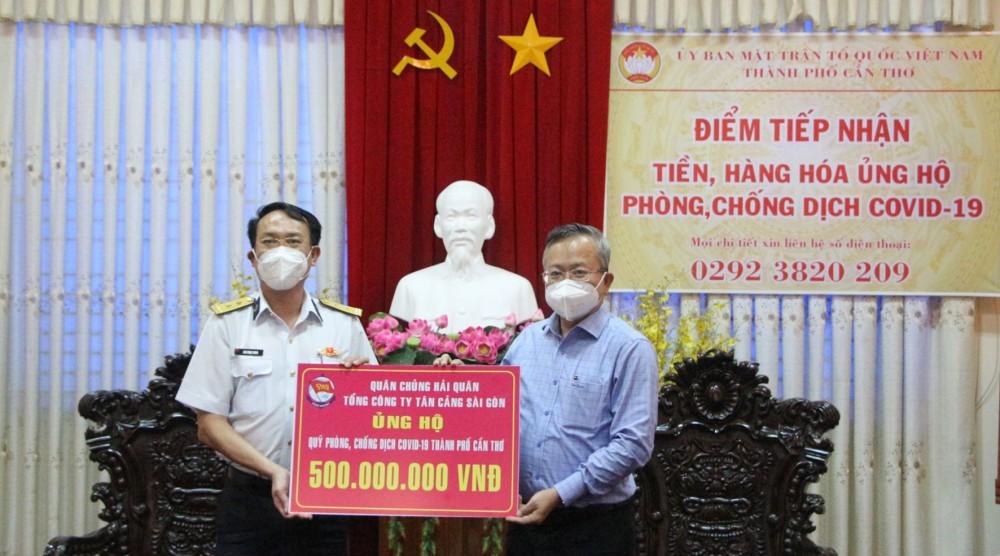 Đồng chí Nguyễn Trung Nhân (bên phải), Chủ tịch Ủy ban MTTQVN TP Cần Thơ, tiếp nhận tiền ủng hộ công tác phòng, chống dịch COVID-19.