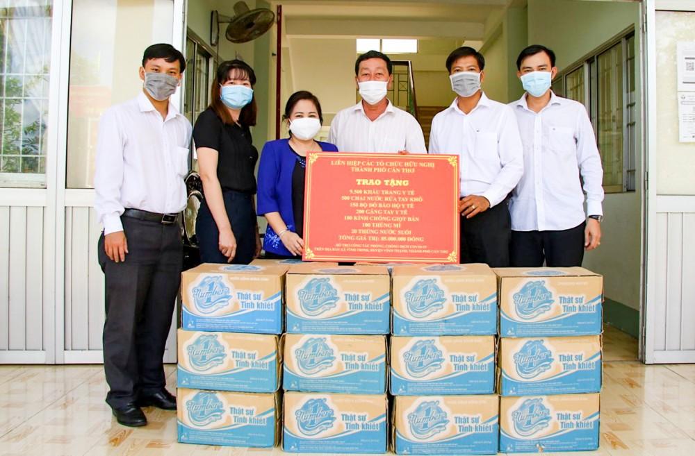 Lãnh đạo LHCTCHN TP Cần Thơ trao tặng vật tư y tế cho lực lượng làm nhiệm vụ phòng, chống dịch tại xã Vĩnh Trinh. Ảnh: CTV