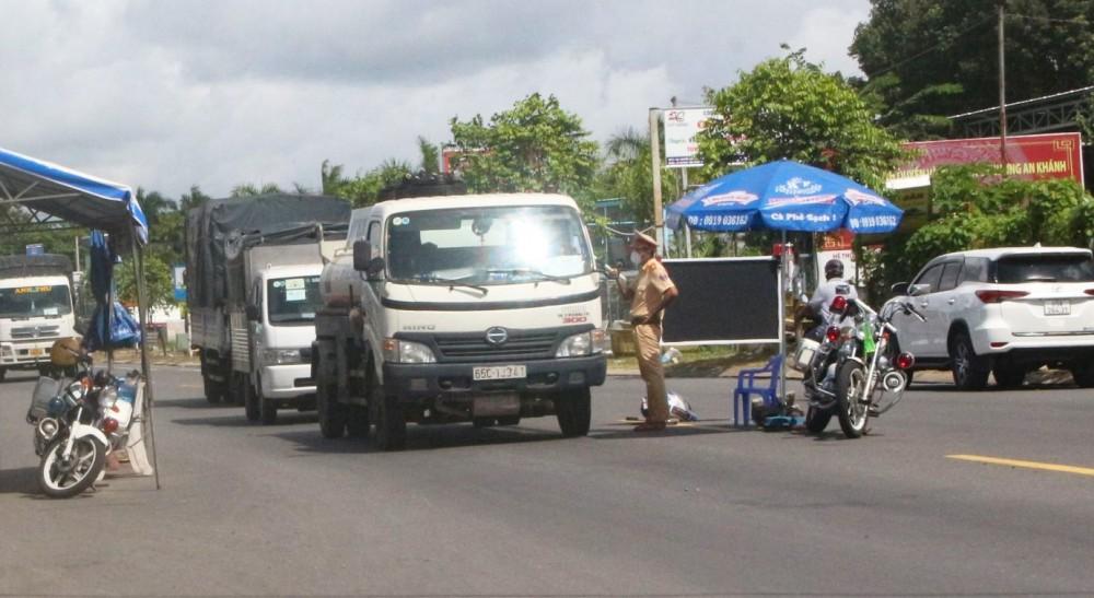 Chốt kiểm soát phòng, chống dịch hoạt động thường xuyên trên đường Nguyễn Văn Linh trong thời gian toàn quận Ninh Kiều thực hiện giãn cách theo Chỉ thị 16.