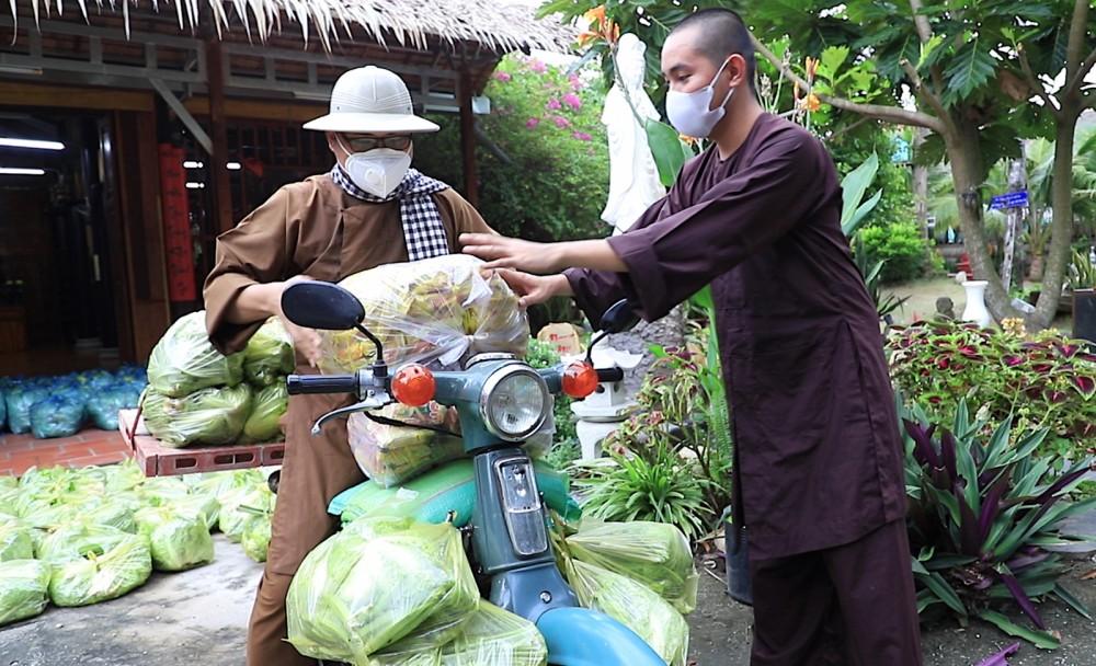 Đại đức Thích Huệ Minh, Trụ trì chùa Vạn Linh trực tiếp vận chuyển nhu yếu phẩm hỗ trợ người dân khó khăn trên địa bàn.