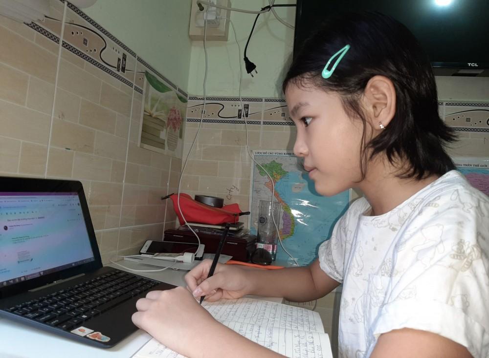 Học sinh ở quận Bình Thủy tự học tại nhà theo hướng dẫn của giáo viên chủ nhiệm.