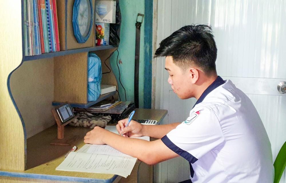 Học sinh Trường THCS&THPT Trường Xuân, huyện Thới Lai học trực tuyến.