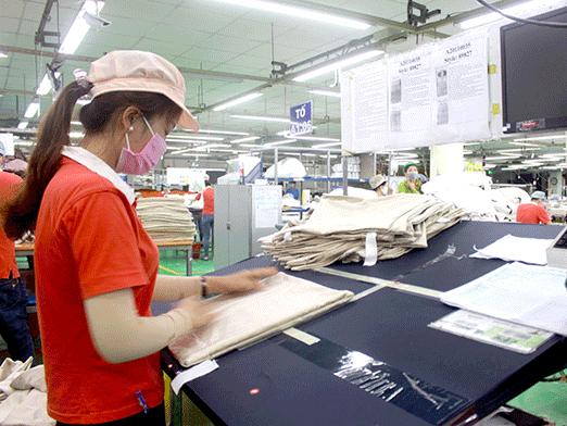 Công nhân làm việc tại Công ty TNHH Kwong Lung Meko, một doanh nghiệp FDI chuyên về sản xuất hàng may mặc xuất khẩu.