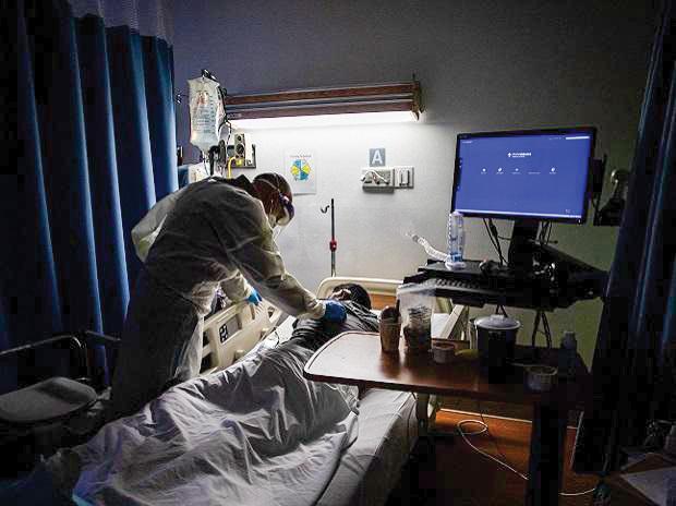 Thế giới ghi nhận hơn 1,8 triệu người chết do COVID-19 trong năm 2020. Ảnh: Bloomberg