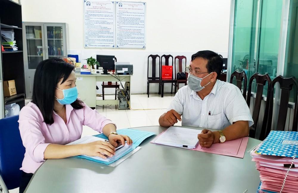 Trợ giúp viên pháp lý Chi nhánh Trung tâm TGPL số 4 (gồm quận Cái Răng, huyện Phong Điền) trao đổi một số nội dung vụ việc tiếp nhận.