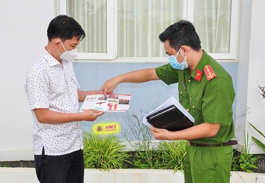Lực lượng chức năng tuyên truyền về công tác PCCC cho chủ một cơ sở kinh doanh. Ảnh: CTV