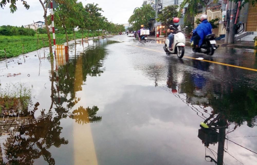 Đường giao thông khu vực Hồ Búng Xáng ở phường An Khánh, quận Ninh Kiều bị ngập do triều cường đầu tháng 10-2021.