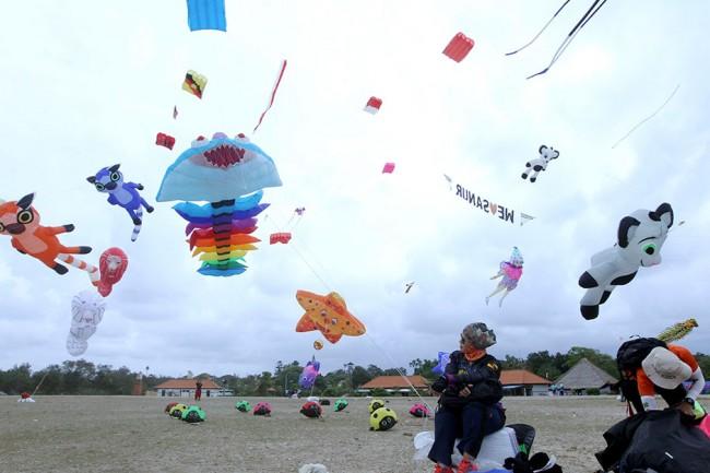 Một người Malaysia đang dõi theo con diều hơi của cô đang bay tại một lễ hội diều ở đảo Bali, Indonesia, hôm 4-8. Lễ hội diều quốc tế trong 4 ngày được tổ chức để thúc đẩy du lịch trên đảo. Ảnh: AP.