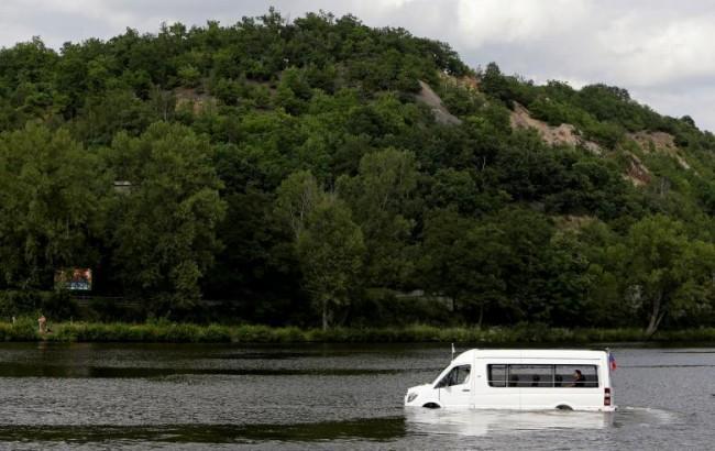 Robert Subik, một kỹ sư người Czech, lái chiếc ôtô lội nước độc đáo của ông trên sông Vltava ở Prague, CH Czech, hôm 2-8. Ảnh: Reuters