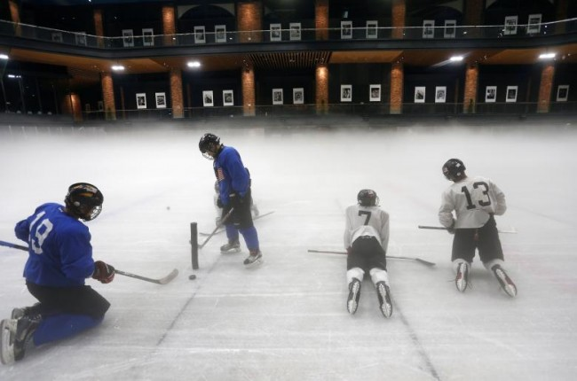 Các thành viên của đội khúc côn cầu trên băng Malaysia nỗ lực tập luyện chuẩn bị cho SEA Games 29 ở ngoại ô Kuala Lumpur, Malaysia, hôm 4-8. Ảnh: Reuters