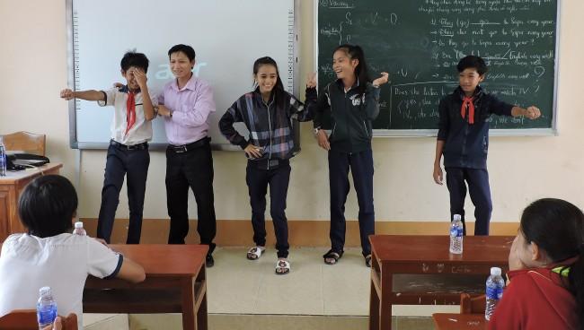 Học sinh cấp THCS xã Trường Xuân (huyện Thới Lai) được nhân viên Trung tâm Công tác xã hội TP Cần Thơ hướng dẫn kỹ năng phòng, tránh bị xâm hại và sinh hoạt trò chơi vận động tập thể.