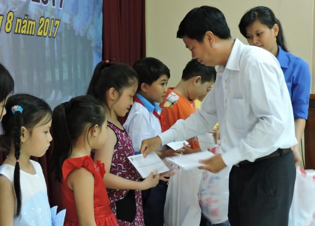 Đoàn khối doanh nghiệp TP Cần Thơ vận động tặng học bổng cho trẻ em con công nhân các khu chế xuất và công nghiệp trong thành phố.