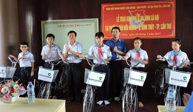 Năm học mới, học sinh có hoàn cảnh khó khăn quận Bình Thủy được tặng xe đạp, có điều kiện thuận tiện đến trường.