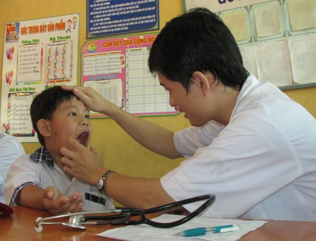 Trẻ em gia đình có hoàn cảnh khó khăn (huyện Phong Điền) được các bác sĩ Bệnh viện Mắt - Răng Hàm Mặt TP Cần Thơ khám, trị bệnh miễn phí.