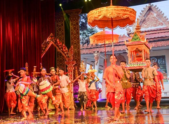 Nhiều nghi thức, phong tục tốt đẹp của đồng bào Khmer Nam bộ được giới thiệu tại Ngày hội. Trong ảnh: Đơn vị Hậu Giang tái hiện nghi thức Dâng Bông, Dâng Y.
