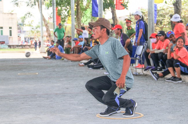 Ngoài môn đua ghe Ngo, Ngày hội còn thu hút hơn 500 vận động viên tranh tài ở các môn: bóng đá, bóng chuyền, bi sắt, kéo co và đẩy gậy. Trong ảnh: Vận động viên bi sắt của TP Hồ Chí Minh đang thi đấu.