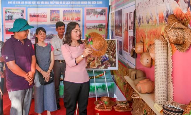 12 gian triển lãm văn hóa Khmer đặc trưng của 12 địa phương tham gia Ngày hội được trang trí đẹp mắt, với nhiều hoạt động trình diễn hấp dẫn. Trong ảnh: Lãnh đạo tỉnh Bạc Liêu tham quan gian triển lãm tỉnh Kiên Giang.