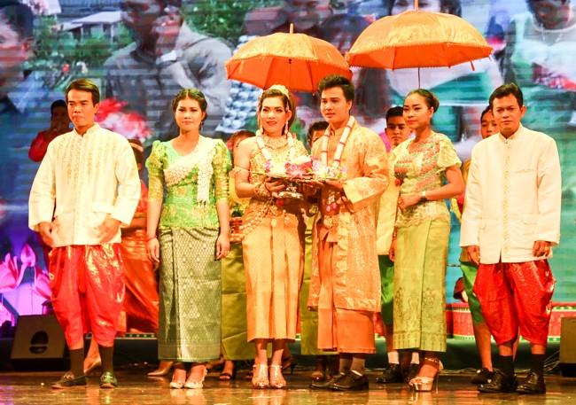Giới thiệu trang phục truyền thống là một trong những chương trình thu hút rất đông khán giả. Những bộ trang phục đồng bào Khmer sử dụng trong đời thường, lao động sản xuất đến lễ hội, đám cưới… được trình diễn bài bản, đúng bản sắc. Trong ảnh: Đôi tân hôn người Khmer trong trang phục cưới do đoàn An Giang tái hiện.
