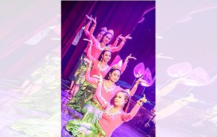 12 tỉnh, thành Nam bộ mang đến Ngày hội những chương trình nghệ thuật đặc sắc, được đầu tư hết sức công phu về kịch bản, biểu diễn, đạo cụ...  Trong ảnh: Tiết mục ca múa nói về Đền thờ Bác Hồ ở Châu Thới do đơn vị Bạc Liêu trình diễn.