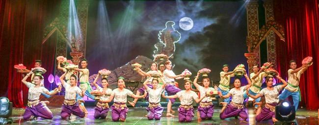 Những điệu dân ca, dân vũ của đồng bào Khmer Nam bộ được trình diễn, góp phần bảo tồn và phát huy giá trị di sản. Trong ảnh: Tiết mục múa Cúng Trăng của đơn vị Kiên Giang.