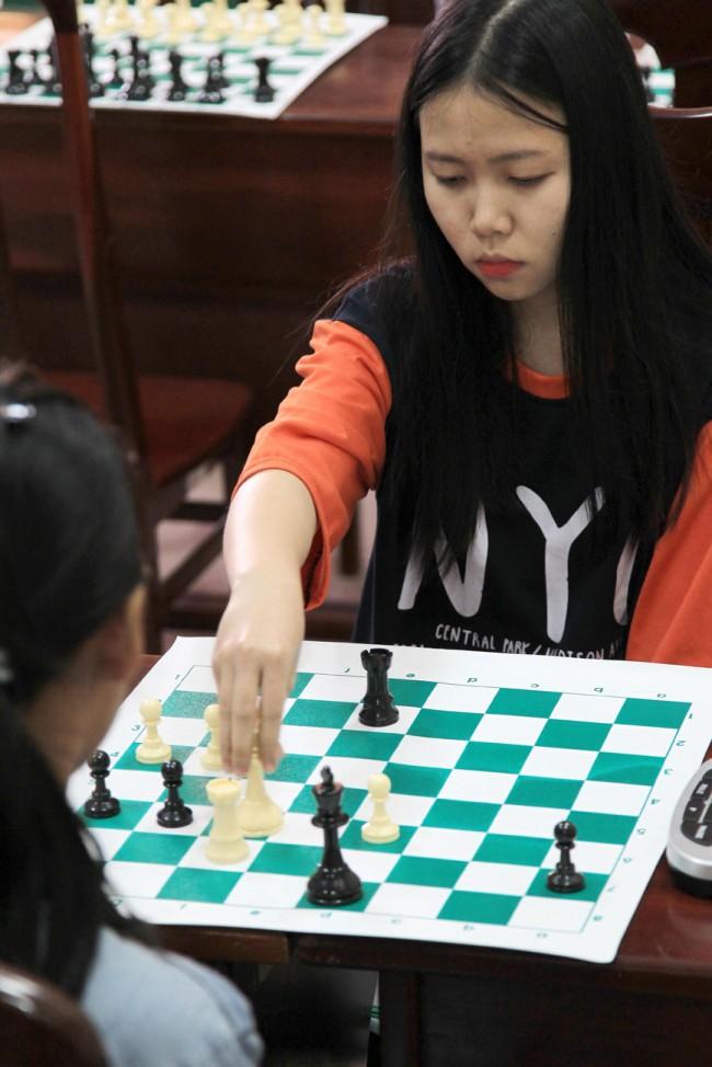 Cờ vua và cờ tướng là 2 môn thi đấu cuối cùng của Đại hội với gần 100 VĐV tham dự,  kết thúc vào hôm nay 10-12. Trong ảnh: Một ván cờ tàn căng thẳng giữa 2 nữ kỳ thủ. Ảnh: NGUYỄN MINH