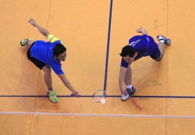 Môn cầu lông kết thúc thi đấu vào hôm 8-12, với vị trí dẫn đầu thuộc về Ninh Kiều (3 HCV, 2 HCB, 2 HCĐ). Trong ảnh: Nỗ lực cứu cầu của các VĐV trong trận đấu nội dung đôi nam.