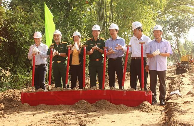 Phó Chủ tịch UBND thành phố Võ Thị Hồng Ánh và lãnh đạo Bộ CHQS thành phố, Huyện ủy Cờ Đỏ… dự lễ khởi công đường giao thông. Ảnh: PHẠM TRUNG