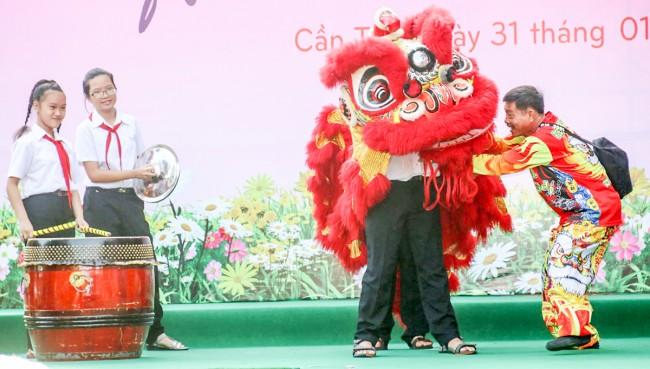 Học sinh tập múa lân qua sự hướng dẫn của nghệ nhân đến từ Đoàn Lân- Sư- Rồng Việt Anh Đường.