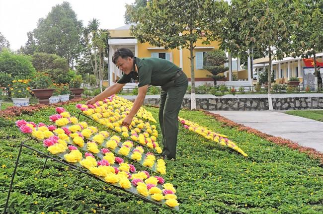 Đại úy Phạm Phương Nam, Chính trị viên thuộc Trung đoàn Bộ binh 303 trang trí chữ bằng hoa vải được người dân hậu phương gởi tặng.