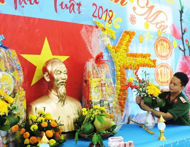 Trang trí bàn thờ Bác Hồ đón xuân mới là niềm vui, tự hào của chiến sĩ trẻ vùng biên giới.