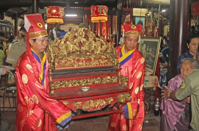 Lễ hội bắt đầu bằng Lễ đưa Sắc Thần du ngoạn. Sắc Thần sẽ được cung nghinh lên long xa, đi qua khắp các phường của quận Bình Thủy để người dân chiêm bái.
