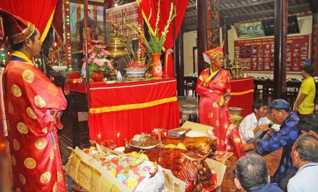 Lễ tế Đinh Công Chánh Tôn Thần. Cụ Đinh Công Chánh là người làng Long Tuyền xưa, sống đức độ, có công kiến lập Đình Bình Thủy nên được người dân suy tôn làm Thần.