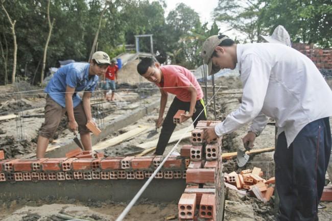 Học sinh Trường Trung cấp nghề Thới Lai được tạo điều kiện thực tập thông qua việc hỗ trợ xây dựng các công trình thanh niên tại địa phương để rèn luyện kỹ năng nghề nghiệp.