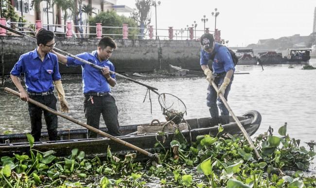 Trong Tháng Thanh niên 2018, các cơ sở Đoàn quận Ninh Kiều tổ chức ít nhất 3 hoạt động bảo vệ môi trường. Trong ảnh: Đoàn viên, thanh niên quận ra quân vớt rác trên rạch Khai Luông, phường Cái Khế.