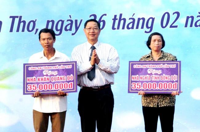 Đồng chí Lê Văn Tâm, Phó Chủ tịch Thường trực UBND TP Cần Thơ trao bảng tượng trưng xây dựng nhà cho các hộ gia đình thanh niên, học sinh có hoàn cảnh khó khăn tại Lễ ra quân Tháng Thanh niên 2018.