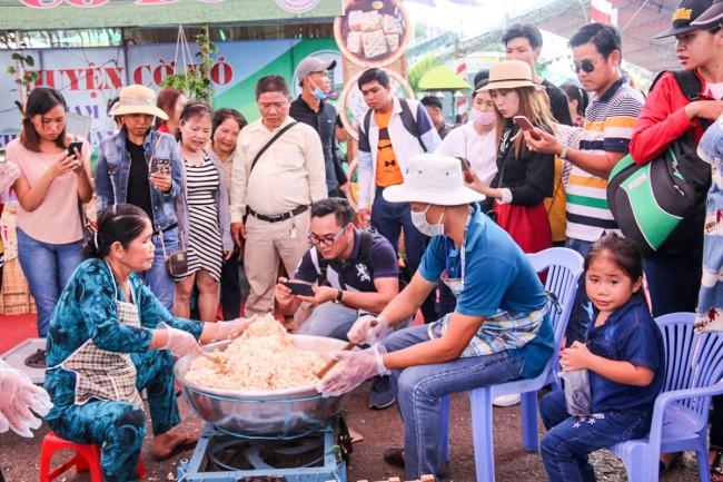 Nghệ nhân huyện Cờ Đỏ trình diễn ngào cốm nổ.