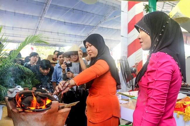 Chị Fômativơ (An Giang) trình diễn khâu chế biến bánh Namparang.